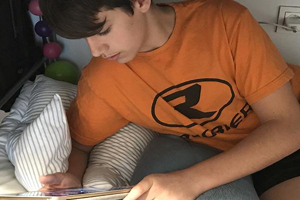 La fórmula de la felicidad en los jóvenes: lectura, deporte y dispositivos digitales