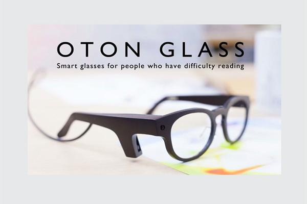 Diseñan unas gafas que ayudarán a leer a personas dificultades de acceso a la letra impresa