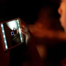 Usar el móvil antes de dormir no altera necesariamente el sueño