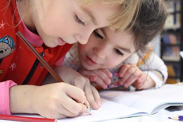 Filtros de colores para mejorar las habilidades lectoras de niños y niñas con dislexia